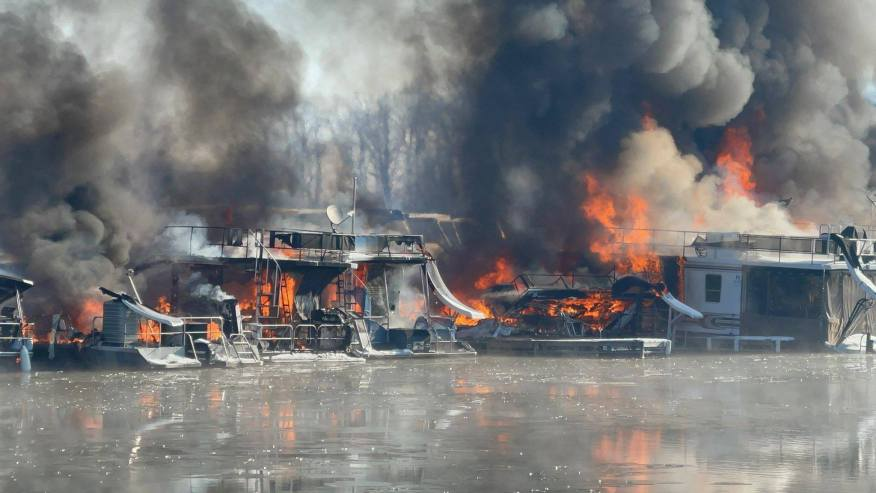 Major Fire at Hoosier Hills Marina – Several Houseboats are fully ingulfed